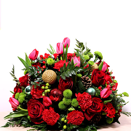 Red And Green Center Table Arrangement: Christmas Gifts
